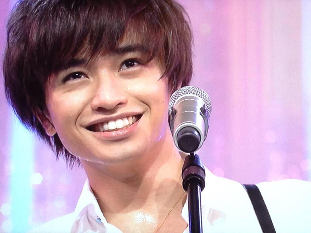 楽しそうに歌う中島健人
