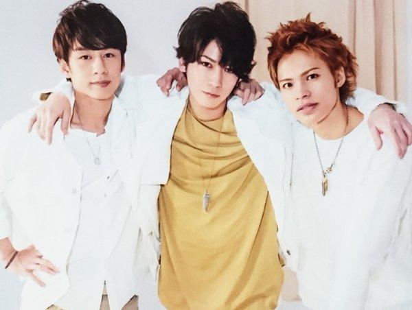 3人で肩を組むKAT-TUN