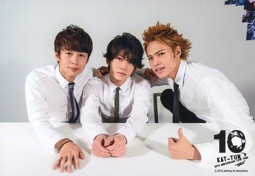 Yシャツ姿のKAT-TUNの3人