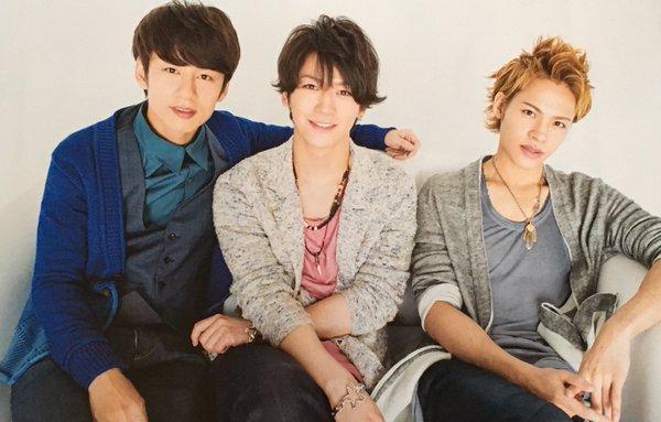 穏やかな表情のKAT-TUNの3人