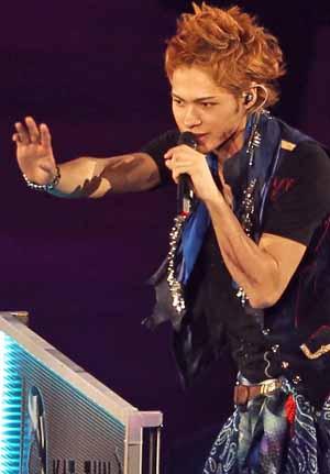 歌うKAT-TUNの上田くん