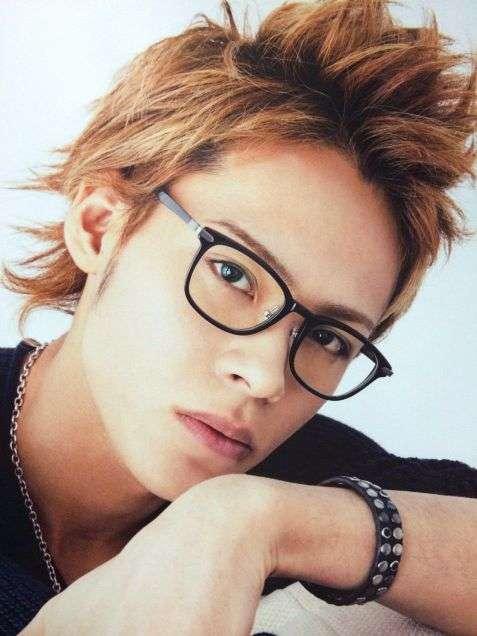 眼鏡をかけたKAT-TUNの上田くん