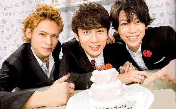 ケーキを前に笑顔のKAT-TUN