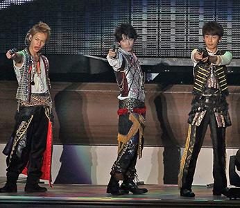 ライブでポーズするKAT-TUNの3人