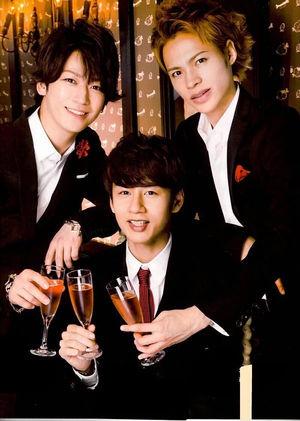 グラスを傾けて乾杯!KAT-TUN