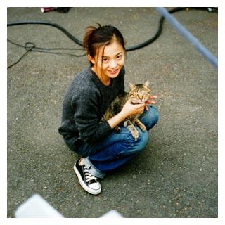 猫と戯れる、華原朋美さん