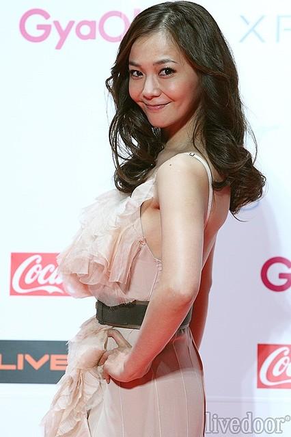 薄いピンクのドレスが似合う華原朋美さん
