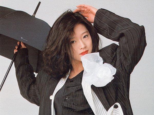 シック!黒のスーツと黒の傘、中森明菜さん