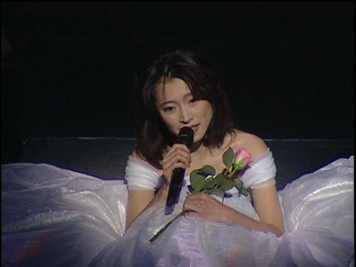白のドレスの中森明菜さん