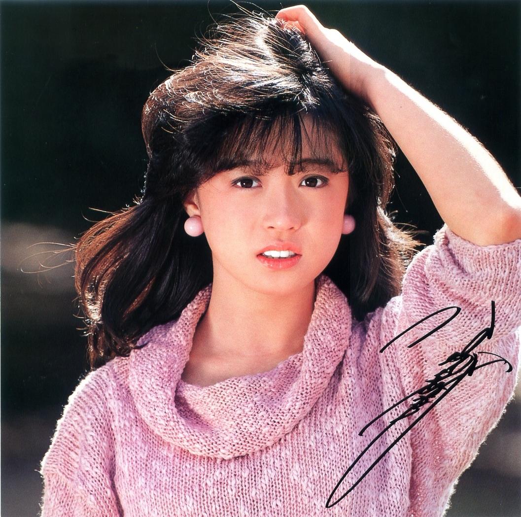 ピンクのセーターで乙女っぽい中森明菜さん