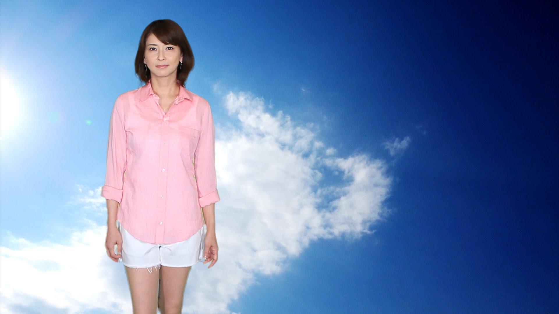 ピンクのシャツが青空に映えてさわやかな森高千里さん