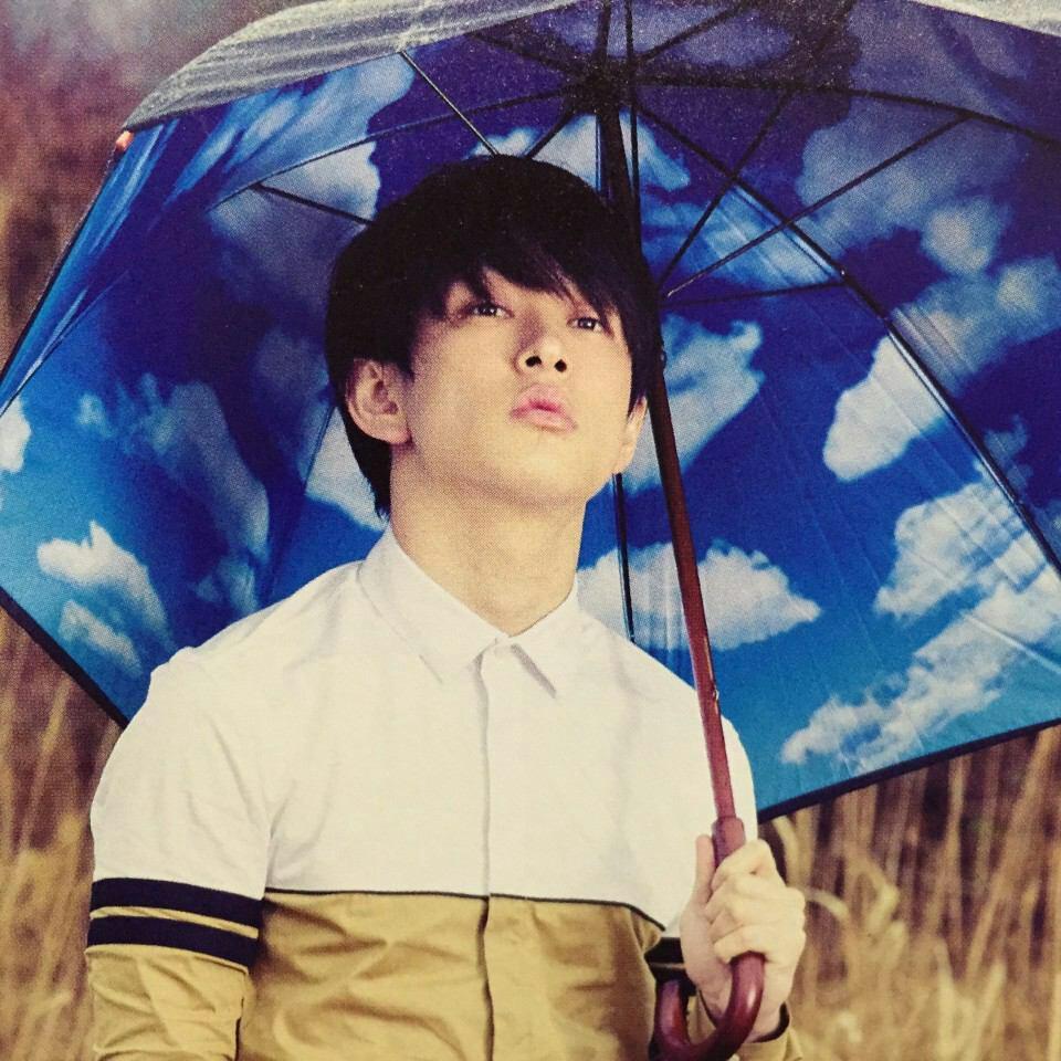 傘をさす横山裕くん