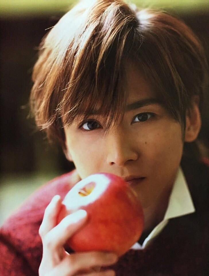 リンゴを持った堂本光一さん