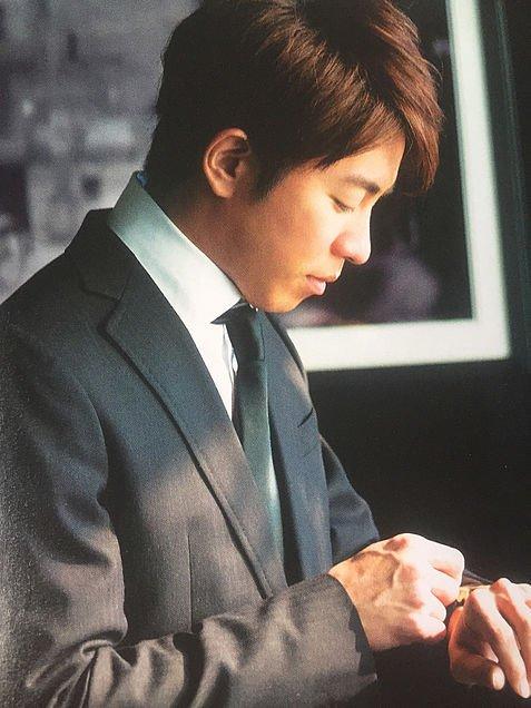 村上信五のスーツで時計を確認する姿
