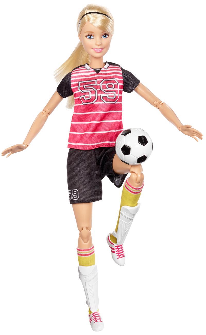 サッカーをするバービー