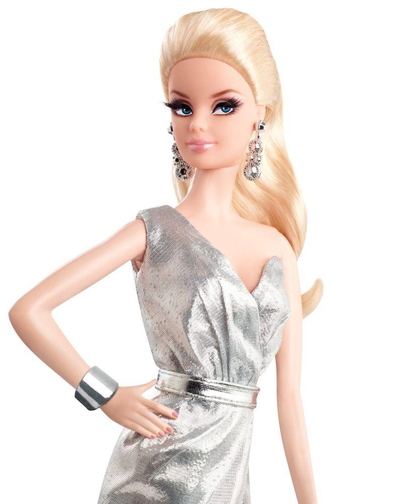 シルバーのドレスで大人っぽいバービー。耳飾りも素敵!