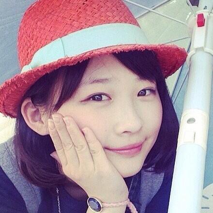 赤い帽子をかぶった伊藤沙莉さん