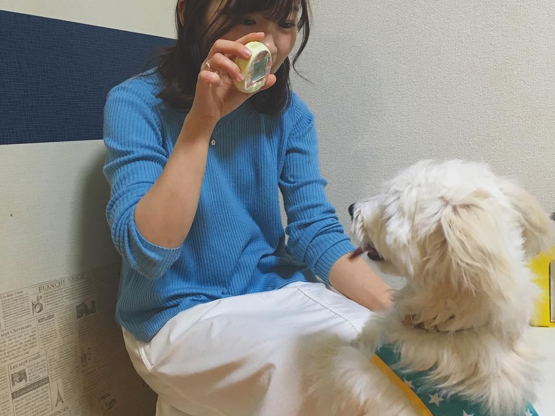 愛犬と一緒に、伊藤沙莉さん