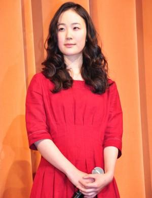 赤のドレスを着た黒木華さん