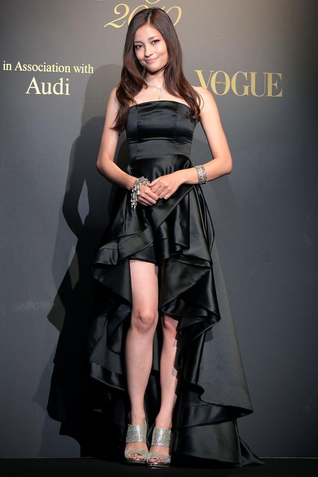 黒いドレスの黒木メイサさん