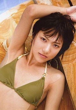 カーキの水着でこちらを見つめる宮澤佐江さん。なかなか見せないしっとりとしたまなざしがドキドキしてしまいます。