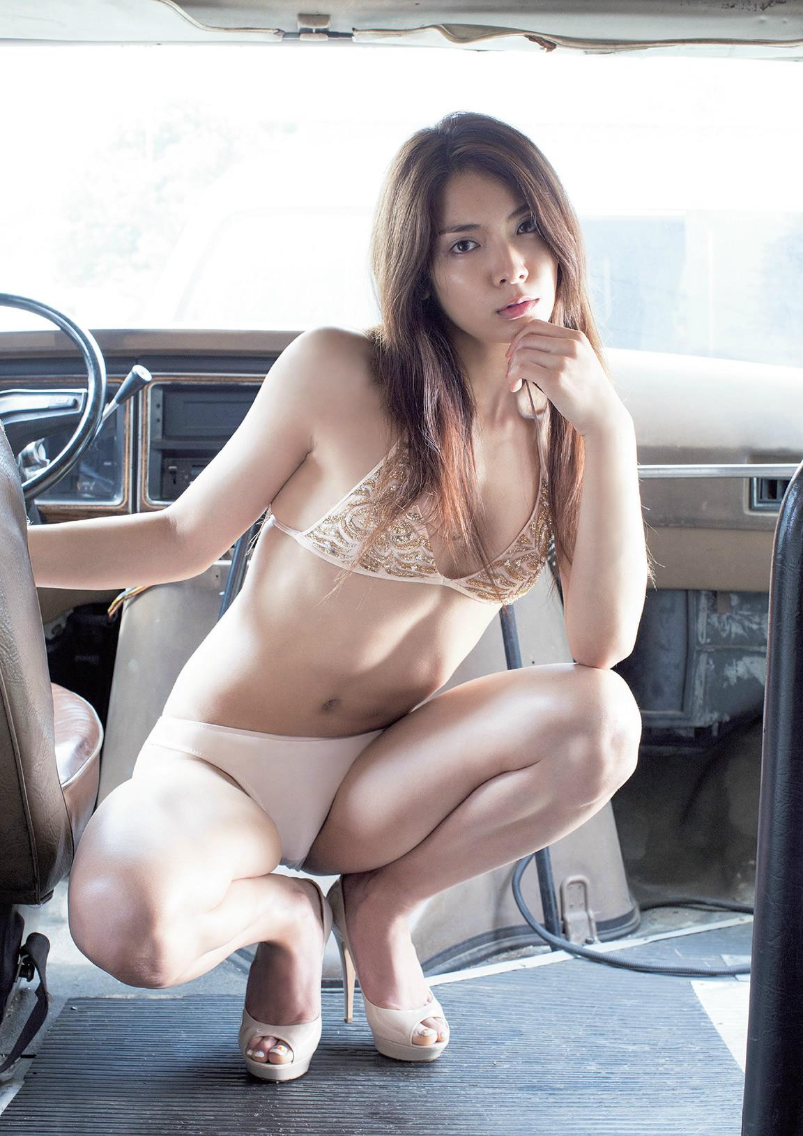 ゴールドの水着で車に乗るセクシーなポーズの秋元才加さん。大胆なポーズも決まっていますね。