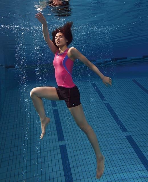 ショッキングピンクとブルーの水着の水着の秋元才加さん。秋元才加さんの健康的なBODYは競泳水着も華麗に着こなせますね。
