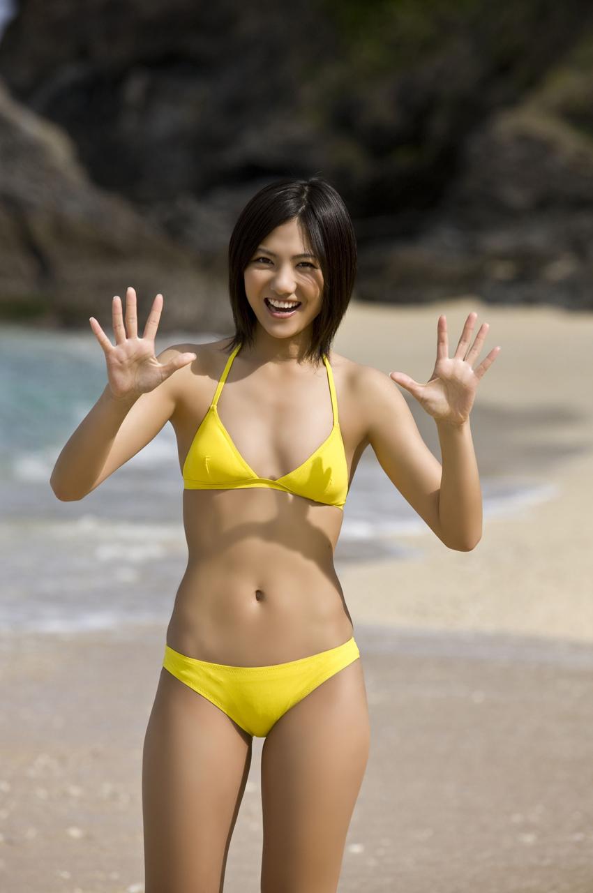 ビーチにイエローの水着がまぶしい宮澤佐江さん。健康的なBODYに素朴な笑顔がキュートですね。