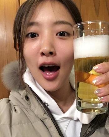 ビールではじける夏菜さん