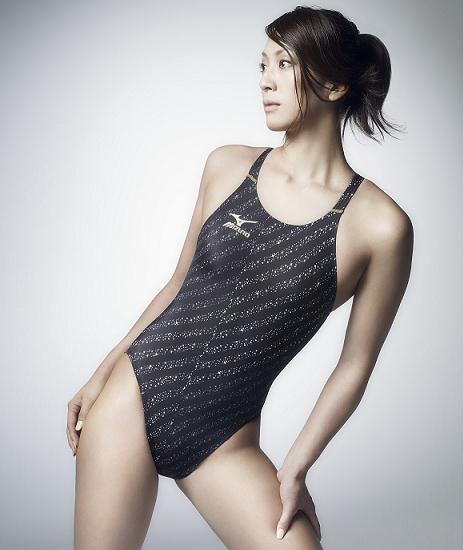 ブラックの水着がシャープな秋元才加さん。競泳水着ながらおしゃれになっていますね。泳ぐのが速そうですね。