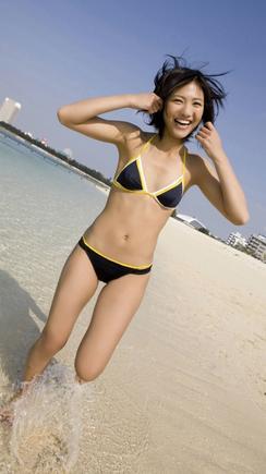 ブラックの水着でビーチを爆走する宮澤佐江さん。本当に楽しそうで、宮澤佐江さんの飾らない魅力が存分に出ています。