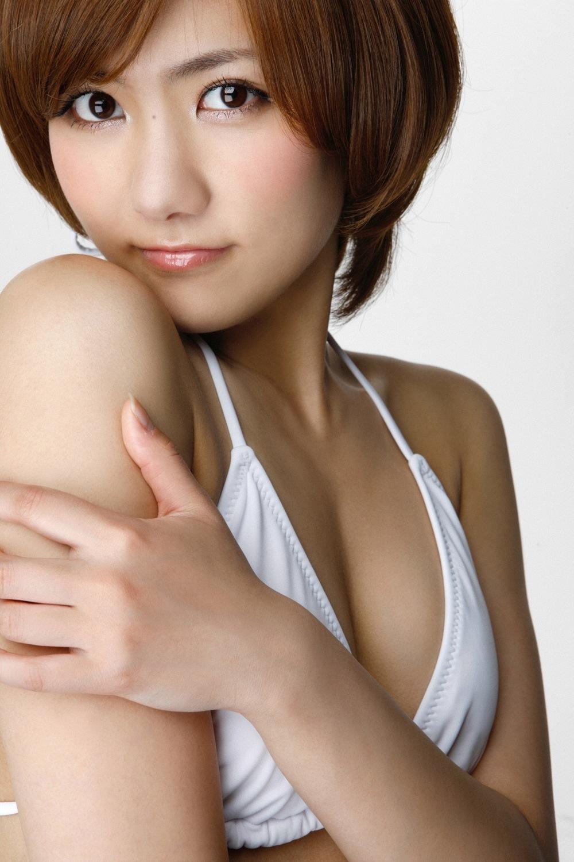 ホワイトの水着でこちらを見つめる宮澤佐江さん。こぼれそうなほど大きな瞳に強い力を感じます。