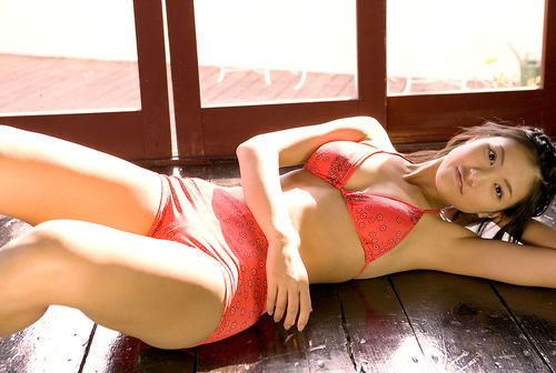 レッドのペイズリー柄の水着で寝そべる宮澤佐江さん。恥ずかしそうな表情もとってもかわいいですね。