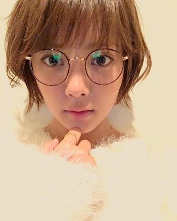 丸眼鏡にホワホワニットの夏菜さん