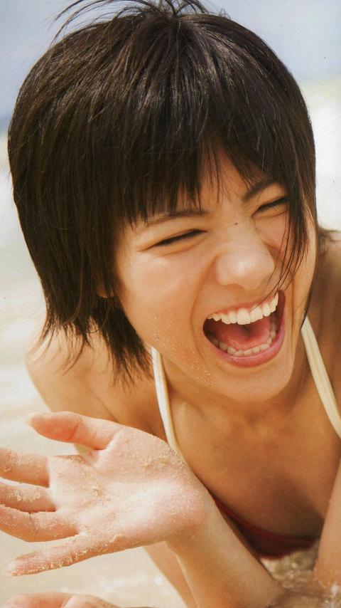 白い水着でこれ以上ないくらい満面の笑みがまぶしい宮澤佐江さん。彼女の魅力が存分にでている一枚です。