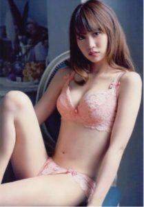 ピンクのかわいい水着の永尾まりや