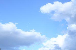 薄い色の青空