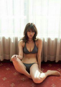 深いネイビーの水着の佐藤美希