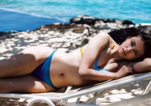 夏らしい水色水着の本仮屋ユイカ