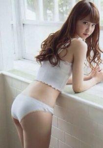 清楚な白水着の永尾まりや