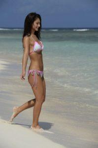 白とピンクの水着のダレノガレ明美