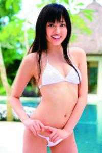 白の正統派水着の菊地亜美