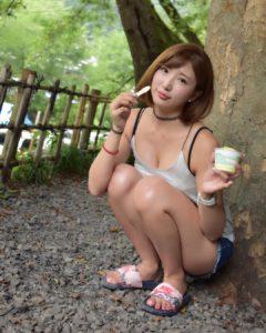アイスを食べる松嶋えいみ