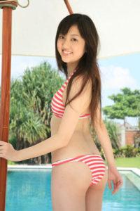 赤白ボーダー水着の菊地亜美