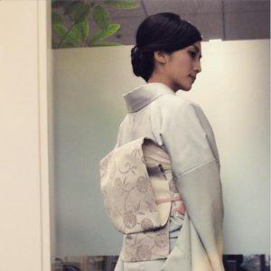 白い着物を着る柴咲コウ