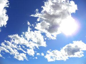 雲から太陽がのぞく青