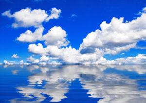 水面に反射する青空