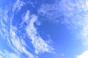 雲に囲まれているような青空
