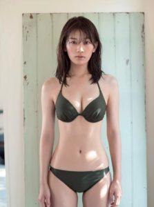 ダークカラー水着の佐藤美希