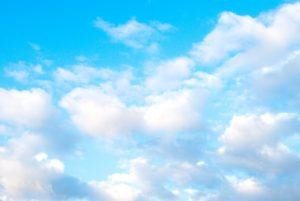 明るい水色の青空